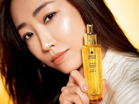 神崎恵さんのインタビュー動画も。ゲランの美容液がさらに進化