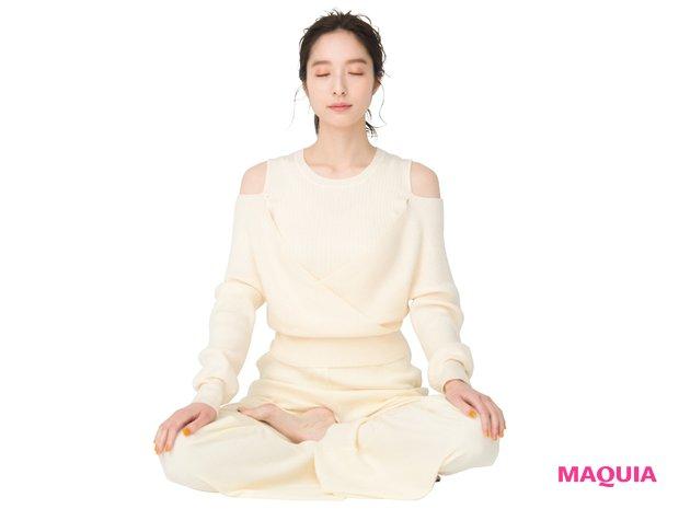 楽な姿勢で、目を閉じて1~3分間、自分の呼吸に意識を向け、体の感覚に集中。雑念が浮かんだら、再び呼吸に意識を戻して集中する。
