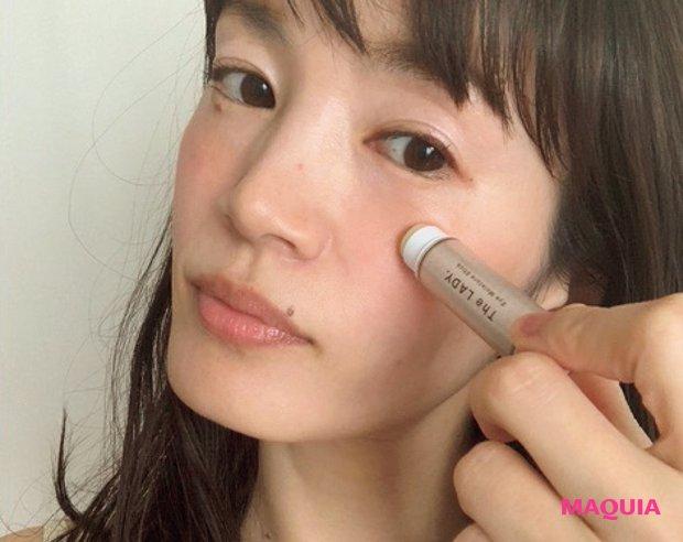 「頬の開き毛穴攻略のカギは、うるおいをロックし続けること。手軽に使えて適度なバーム感があるスティック保湿が役立ちます」