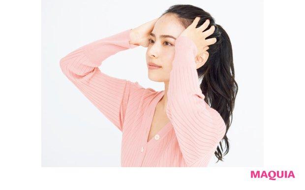 こめかみあたりに指を当て、耳の上、後頭部へと押し流すようにマッサージを。
