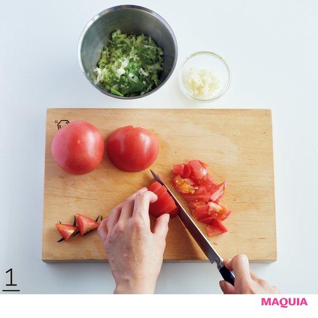 1しょうがは皮ごとすりおろし、パクチーは根ごと粗みじん切りにする。レモンは皮をむき、種を取って粗みじん切りにする。