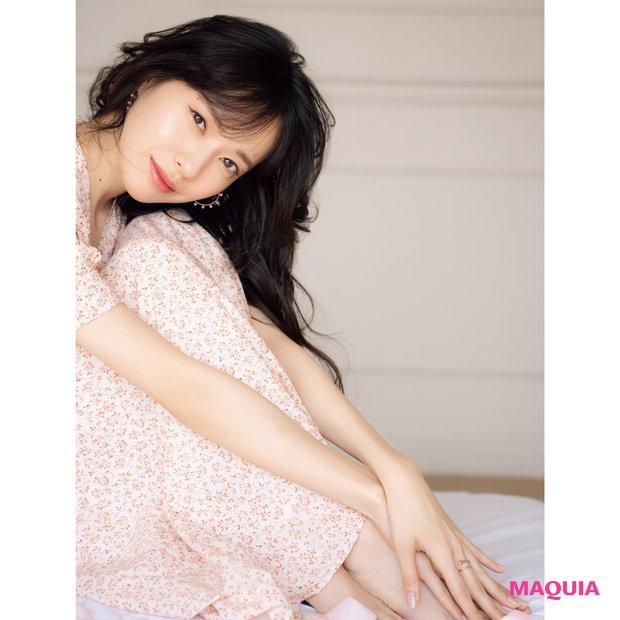 座って微笑む戸田恵梨香さん
