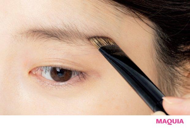 「パウダーをとり、眉山から眉尻をまず描く。続いて眉の中央から眉山を描き、残りで眉頭側を描くとふんわり自然に」。硬めのバジャー毛使用で眉に絡み、落ちにくい仕上がり。