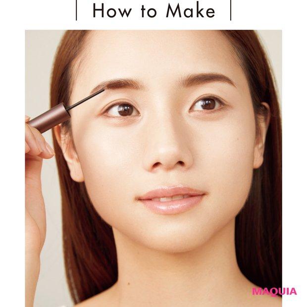 まず眉尻から、毛の流れに逆らうように塗る。次に眉毛が生えている方向に沿って下から上に塗り、エッジを立てて。