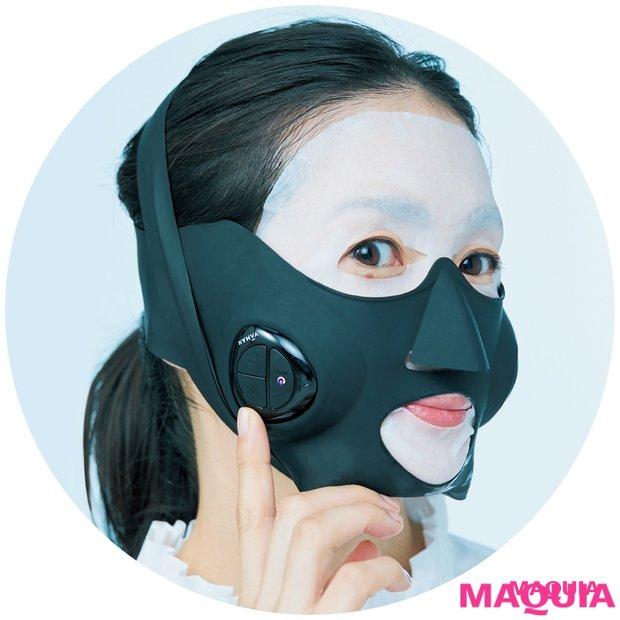 鵜飼香子さんが最新美容ギアをガチ試し! 10分でもたつきケア、頭皮をぐいぐいマッサージetc. ……