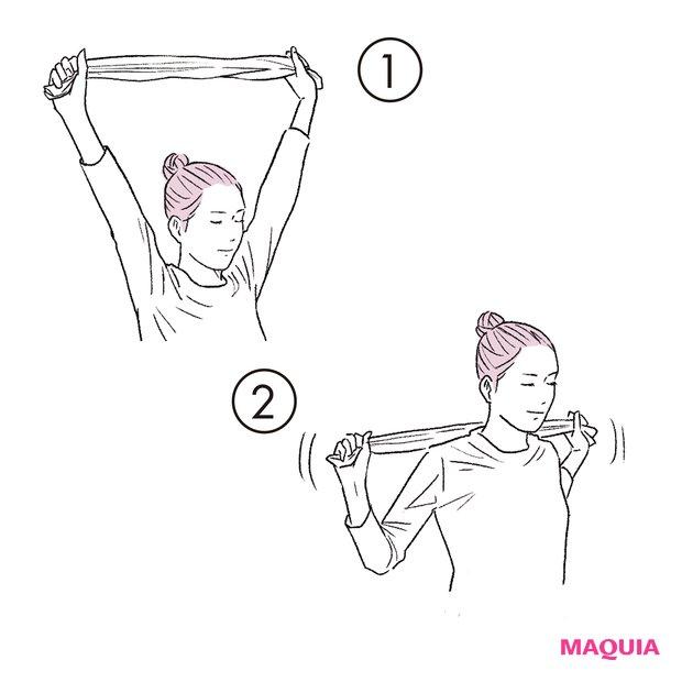 ①長めのスポーツタオルなどをピンと張って持ち、腕を上へ伸ばす。②肘を曲げて、タオルを首後ろに。肩から背中まで背面全体に効く動きです。