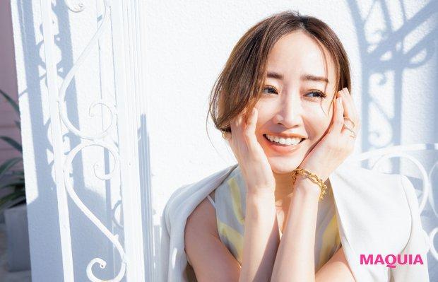 座りながら微笑む神崎恵さん1