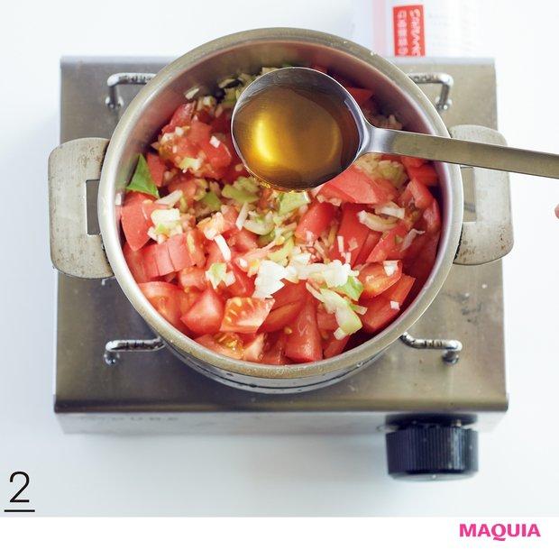 2小鍋にしょうがとレモンを入れ、Aを加えて中火にかける。煮立ったらアクを取り、弱火で10分煮る。