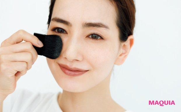 鼻横あたりから、顔の外側に向かってブラシを動かして。ゴーグルゾーンに重ねても。