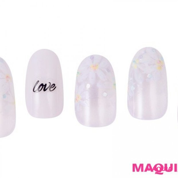 マーガレットが咲き誇る、愛にあふれた「春ホワイト」ネイル