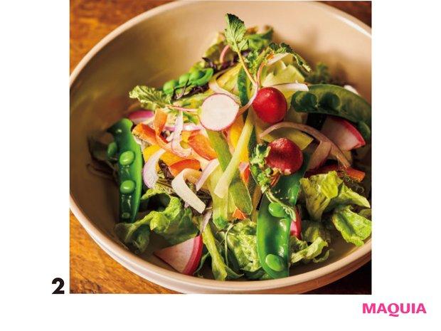 農薬や水を極力抑え、味の濃い野菜作りを行う「海老原ファーム」の「エビベジサラダ」¥550も絶品。