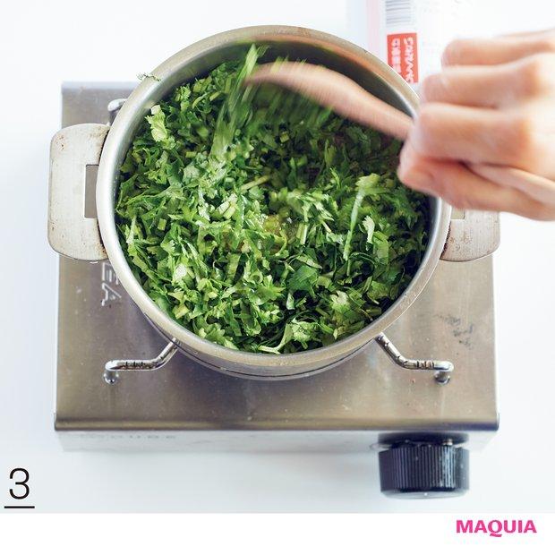 3火を止め、パクチーを入れて混ぜる。冷めたらふた付きの瓶に入れ、冷蔵庫で保存する。