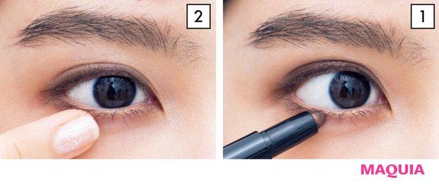 1 上下まぶたを、目頭から目尻までぐるっと囲む。 2 1で描いたラインを指でぼかして。