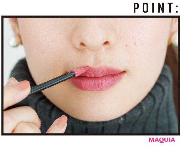 チップで直塗り。唇の形通りに色をのせ、山はややエッジを利かせる。