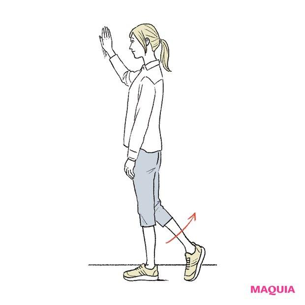 お尻の筋肉を使って、左右の脚を後ろへ蹴り上げます。