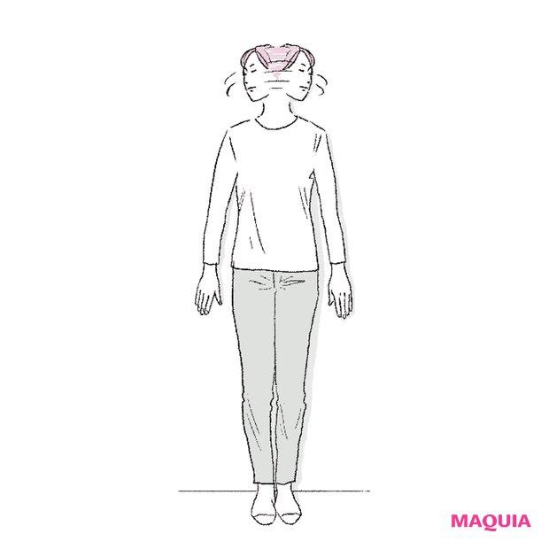 壁に体と手のひらをピタッとつけ、首を左右に動かして。その後、頭を前に倒してフィニッシュ。