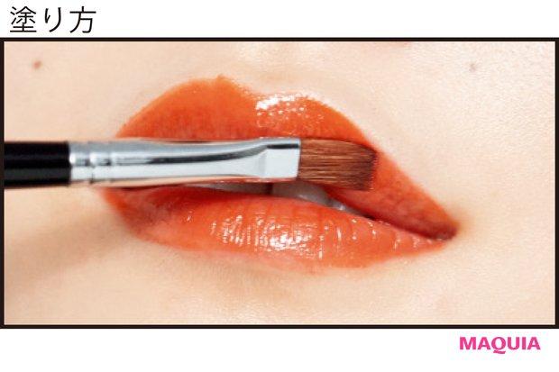ブラシで唇全体を2mmオーバーに描いてぷっくり感を