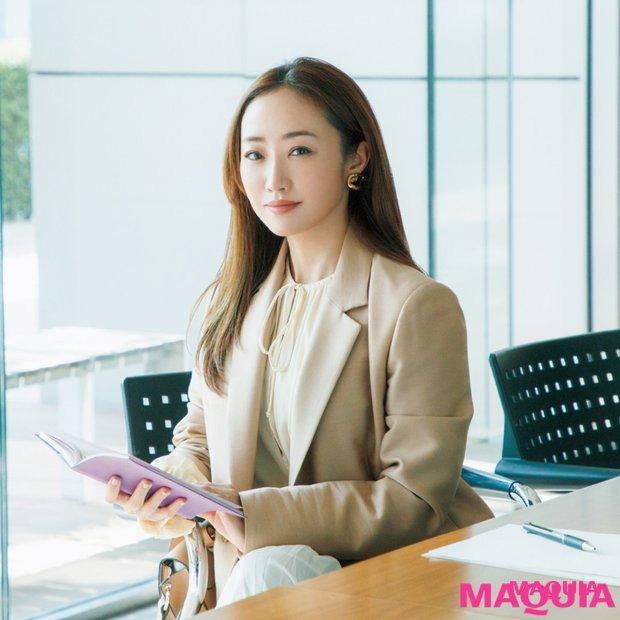 神崎 恵さんが提案! オフィスシーンの美人顔は、ツヤ肌に意志ある眉が最強