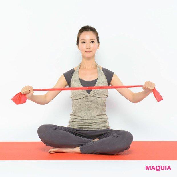 二の腕と背肉に効く! 座ったままできる引き締めテク【東 麻美のピラティス・レッスン】