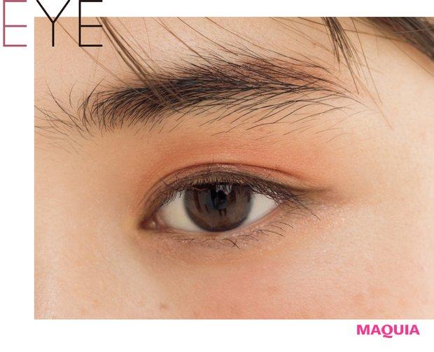 Aは右の茶9:右から2番目の赤1程度でブレンドして眉に。目元はCを指にとり、上まぶたのまつ毛際から眉下で消えるようなグラデに。まつ毛は上げすぎず中間から毛先だけ、Bは下まつ毛にも。