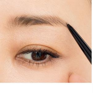 眉下は下に向かって毛が生えているので、毛流れを意識しながら描き足すことがナチュラル感を高めるポイントに。