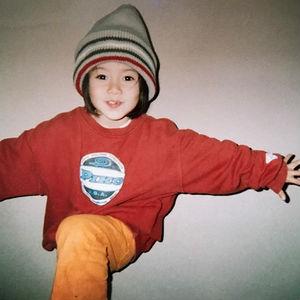 5歳の頃の山本舞香さん。 昔から帽子が大好き!