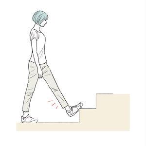 階段に足裏をひっかけ、少し体重をかけるとふくらはぎが伸びます。上体を前に倒していくと、ストレッチ効果UP。
