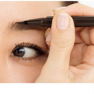 下から上に筆先を動かし、眉頭の立ち上がるような毛並み感の演出を。毛先が太くなってしまうので、力を入れすぎないよう注意して。