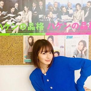 「控え室からスタジオに向かう途中にドラマのポスターや篠原さんが取材を受けた記事が貼られていたので、記念に一枚」(舞香さん)